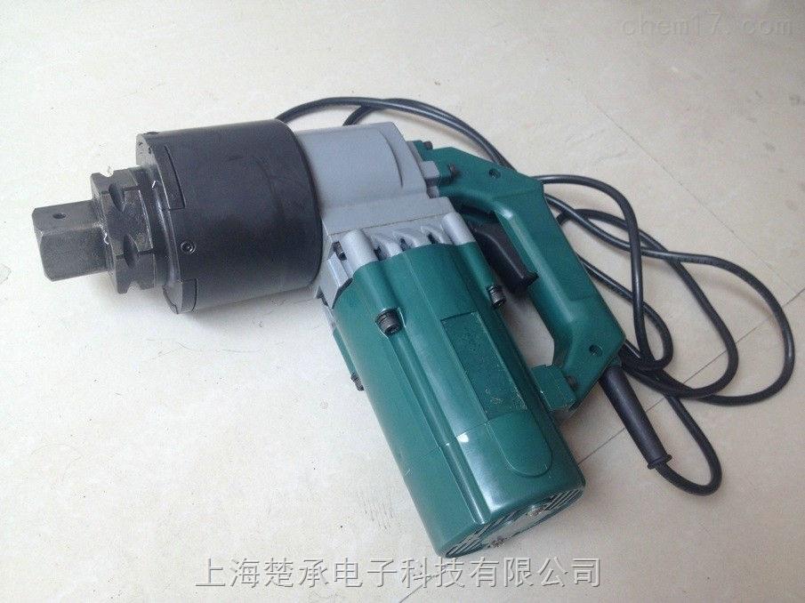 电动扭力扳手原理产品介绍 电动定扭矩扳手:吸收国内外先进技术和工艺,相关元件采用进口,具有扭矩范围广、机械和电气性能优越,体积小。重量轻、拆锁速度快,扭矩调节快捷方便,达到设定扭矩即停止工作,最大扭矩可达3500Nm,可拧紧M20-M36的高强度螺栓、螺帽。由于采用了静扭结构,设计制造无冲击,一体式反力臂,减轻操作者劳动强度,工作电压220V,特别适用于对预紧力有严格要求且螺栓拆锁数量多或拆锁频繁的场合。配用一体化反力臂,装卸六角螺栓或螺母,在拧紧作业时能自动控制扭矩大小,适手于火力、水力发电厂、石油、