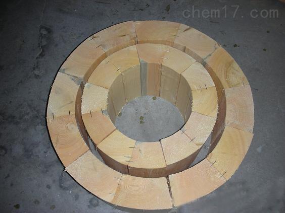 厂家生产加工保冷块,管道垫木,红松木垫木 隔冷空调木块 ,空调管道木块 主要适用于化工能源管道的铺设与架接,专门装在保温或保冷管架下面的支撑座上然后用双螺栓管夹夹紧木块。因为保冷管道的冷量通过支撑座可能会传到结构梁上,所以加木块防止冷量传播,产生冷桥,起到隔热/隔冷/减振和缓冲热膨的作用。保冷木块其原材料主要为红松木,本产品均按国家石油和化学工业局实施发布的标准管架图HG/T21629-1999。 隔冷空调木块 ,空调管道木块 内径mm:Φ27,34,43,48,60,76,89,108,133,