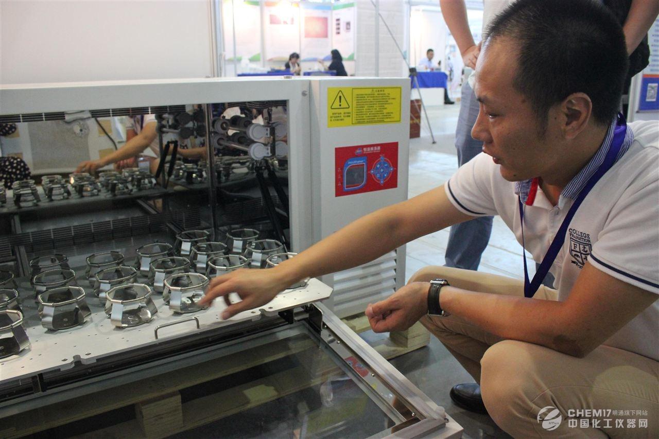 最后登场的是湖南吉尔森的ELITIST 7K-R 立式低超大容量冷冻离心机,一次可分离400ml三联袋或四联袋12袋,配2400ml离心瓶,一次可分离14400ml的试样。广泛应用于制药、生物制品、中心血站等领域。湖南吉尔森产品技术领先品质卓越,旗下产品JE-80K Ultracenteifuge超速离心机更是目前国内唯一达到80000r/min的超速离心机,在超速离心领域目前只有贝克曼、日立、索福可以实现。这款离心机当之无愧地代表了国内离心机制造的最高水平。      抓牢第一资源 构筑人才高