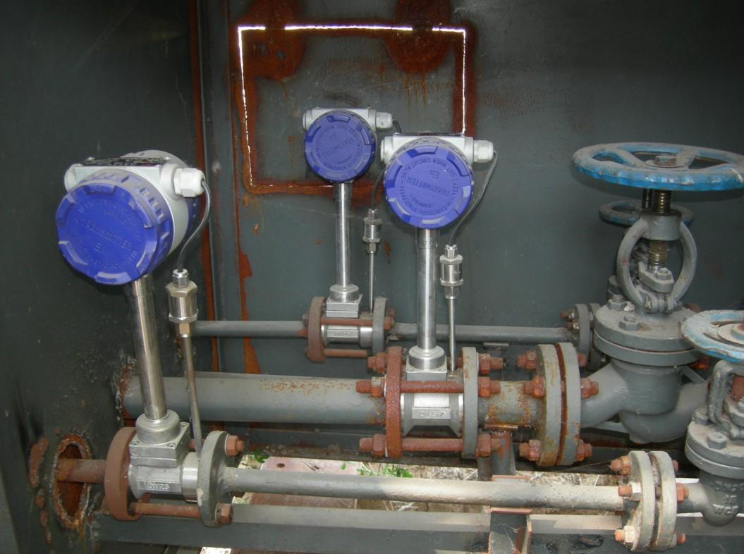 二、蒸汽流量计产品优势:蒸汽流量计 不受温度、压力的影响,同时不易堵,不易卡,不易结垢,耐高温、高压。 安全防爆,适用于恶劣环境。 无可动部件、无空洞缝隙设计,产品无磨损、耐脏污,无需机械维修,使用寿命长。 采用微功耗高新技术,电池供电的现场显示型流量计,可不断电运行两年以上。 稳压补偿一体化设计。蒸汽流量计使用说明 电流输出均为电隔离型,具有良好的共模干扰抑制能力。 同时显示流量值与累计流量值,不必轮流切换。 采用抗振探头,有效消除外界振动影响。 电路采用表面贴装工艺,结构紧凑,可靠性