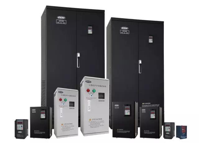 EDS2000 系列高性能通用型变频器适用行业: 产品应用于金属加工机械、塑料机械、各种机床、印刷、印染、造纸、自动化机械、暧通空调、恒压供水、污水处理等。 EDS2000 系列高性能通用型变频器性能优势: 1、集成了通用变频器和恒压供水,纺织机械及塑料机械控制等专用变频器的多种功能; 2、10 路数字输入通道,三路模拟输入通道,可接受 0-10V 、 0-5V 或 4-20mA 的输入信号; 3、提供2路高达50KHz的脉冲输入通道,运用内藏PI可实现高性能闭环速度控制系统; 4、提供2路OC数字输出通